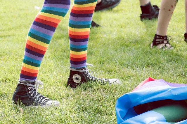 Śmieszne i kolorowe skarpetki jako pomysł na zabawny prezent