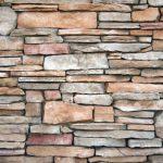 Łupek na ścianę – cena, zastosowanie, porady użytkowe