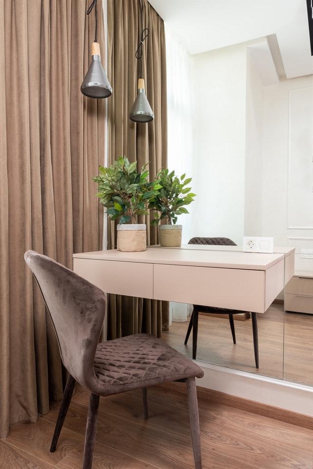 Jak wybrać najlepsze zasłony do salonu od strony południowej?